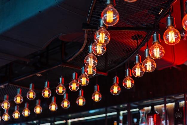Glühlampen der dekorativen antiken edison-art mit schwarzer decke im hintergrund.