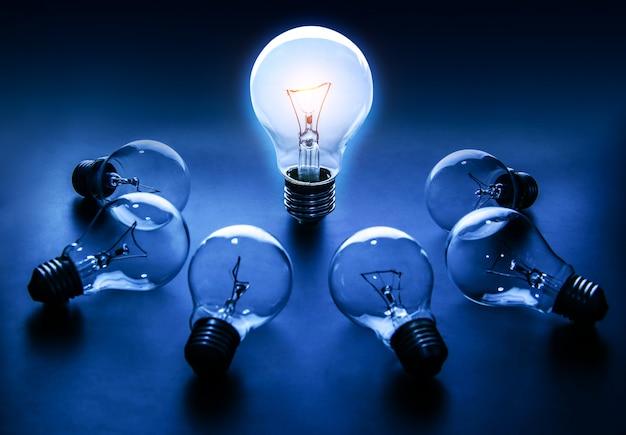 Glühlampenlampen auf einem farbhintergrund