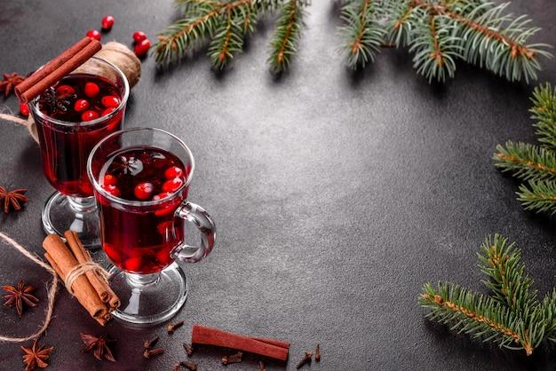 Glühwein für winter und weihnachten mit verschiedenen gewürzen