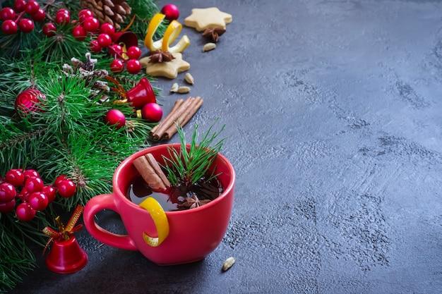 Glühwein in roten bechern und weihnachten festlich