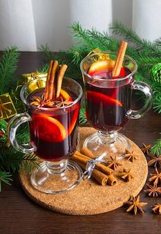 Glühwein mit gewürzen-winter-heißgetränken. sternanis, zimt.