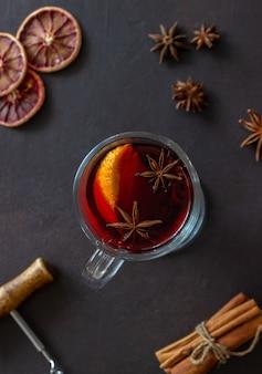 Glühwein mit zimt und orange. heisses getränk. winter. rezept.