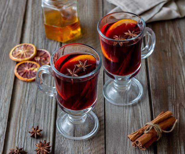 Glühwein mit zimt und orange. heisses getränk. winter. rezept. Premium Fotos