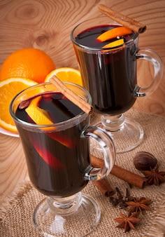 Glühwein mit zimt und orange