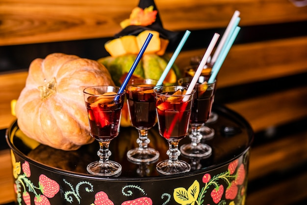 Glühwein mit zimt und orangen für die feier von halloween