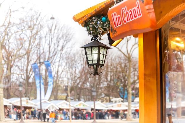 Glühwein-schild mit der aufschrift glühwein in französischer sprache auf dem pariser weihnachtsmarkt, champs elysees, paris, frankreich