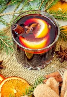 Glühwein. selektiver fokus weihnachtsgetränk und essen.