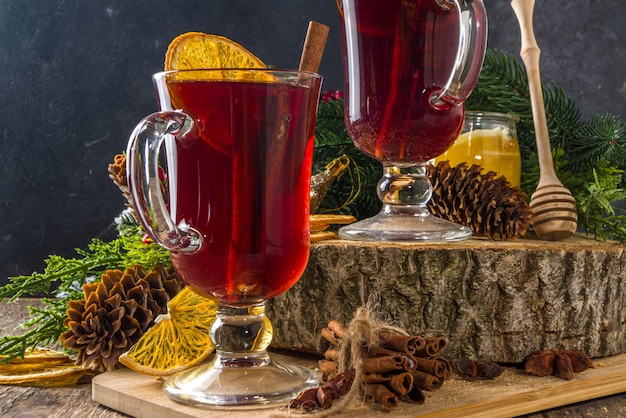 Glühwein, traditionelles heißes winterherbstalkoholgetränk, mit zimt, anis und orange, auf weihnachtlich dekoriertem hintergrundkopierraum