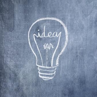 Glühlampe der Idee gezeichnet mit Kreide auf Tafel