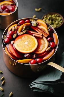 Glühwein mit Früchten im Kochtopf