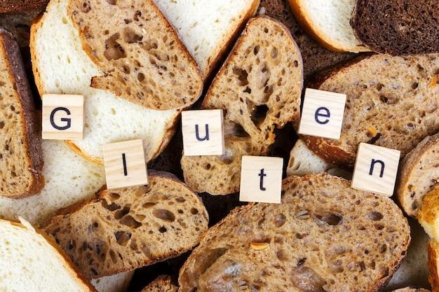 Gluten-text. geschnittenes brot auf die oberseite der tabelle, gluten geben konzept frei. selbstgemachtes glutenfreies brot für allergiker