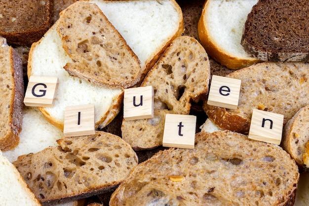 Gluten-text. geschnittenes brot auf die oberseite der tabelle, gluten geben konzept frei.