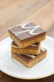 Glutenfreie fudge-bisse. kein mehl, kein zucker, veganes oder vegetarisches gesundes essen, dessert.