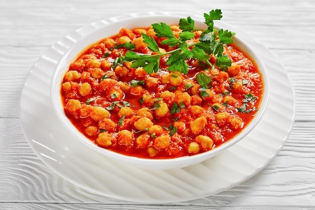 Glutenfreie indische vegetarische hauptmahlzeit chana masala oder kichererbsencurry mit garam masala-gewürzen, tomatensauce, lorbeerblatt