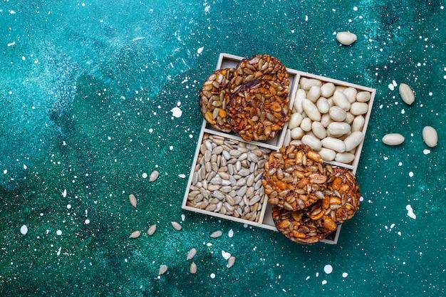 Glutenfreie kandierte nusskekse mit schokolade, erdnuss- und sonnenblumenkernen, draufsicht