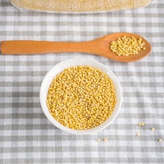 Glutenfreie kornhirse in der schüssel auf küchentisch