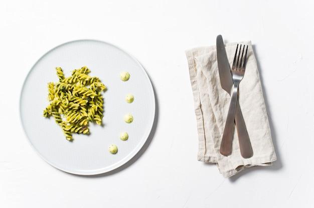 Glutenfreie nudeln mit spinat. diätgericht. minimalismus.