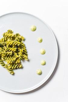 Glutenfreie nudeln mit spinat. diätgericht.