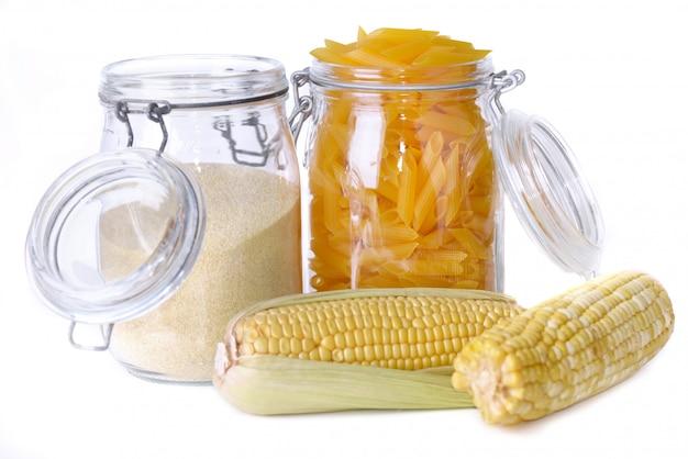 Glutenfreie nudeln und mehl in gläsern und frischem mais