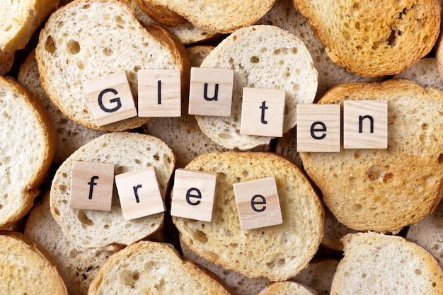 Glutenfreier text auf vielen kleinen runden zwiebacken. ansicht von oben