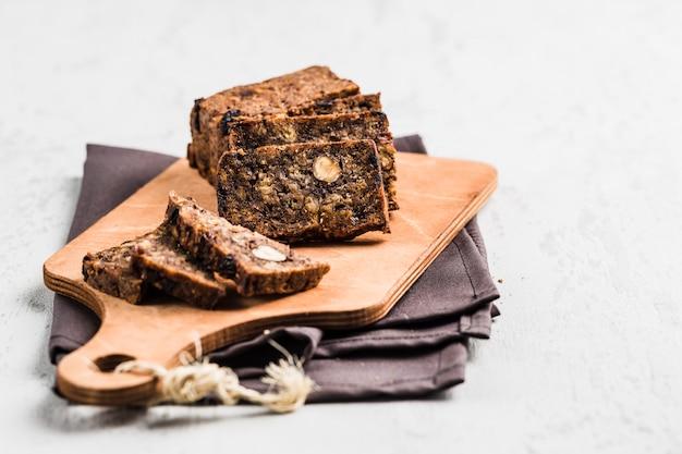 Glutenfreies brot mit haselnuss und leinsamen auf einem hölzernen brett