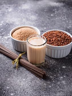 Glutenfreies buchweizenmehl, soba-nudel und milchmilch