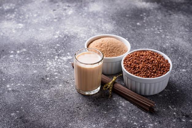 Glutenfreies buchweizenmehl, soba-nudeln und milchfreie milch