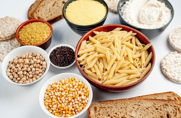 Glutenfreies essen auf einem weißen tisch