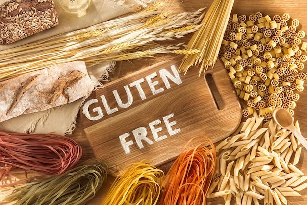 Glutenfreies essen. verschiedene nudeln, brot und snacks auf holz