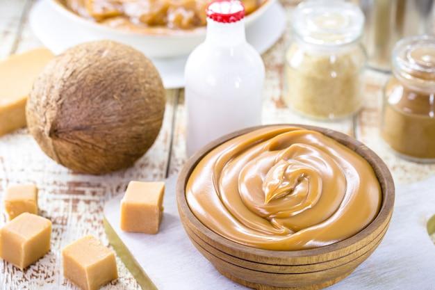 Glutenfreies laktosefreies bonbon, hergestellt aus kokosmilch, veganem karamell oder veganem milchbonbon