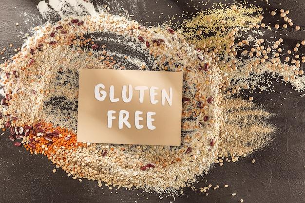 Glutenfreies mehl und getreide hirse, quinoa, maisbrot, brauner buchweizen, reis mit text glutenfrei