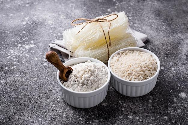 Glutenfreies reismehl, getreide und nudeln