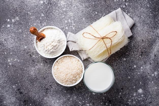 Glutenfreies reismehl, nudeln und milchfreie milch