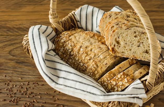 Glutenfreies veganes brot ohne tierische produkte. vegetarisches brot mit haferflocken, bananengeschmack in einem korb auf einem rustikalen holztisch, in scheiben geschnitten und servierfertig.