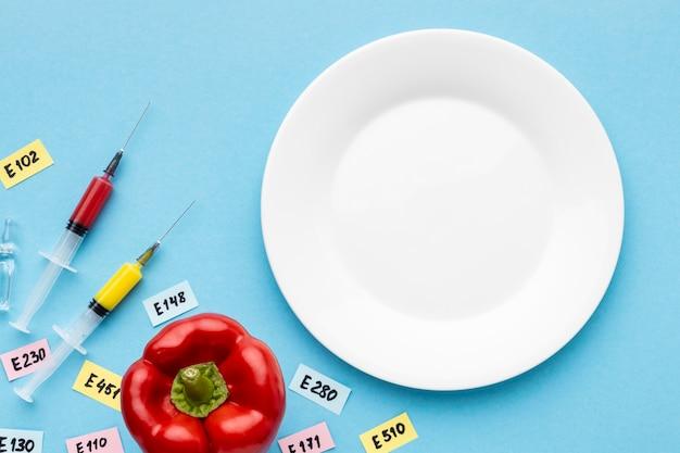 Gmo modifizierter paprika und leerer teller
