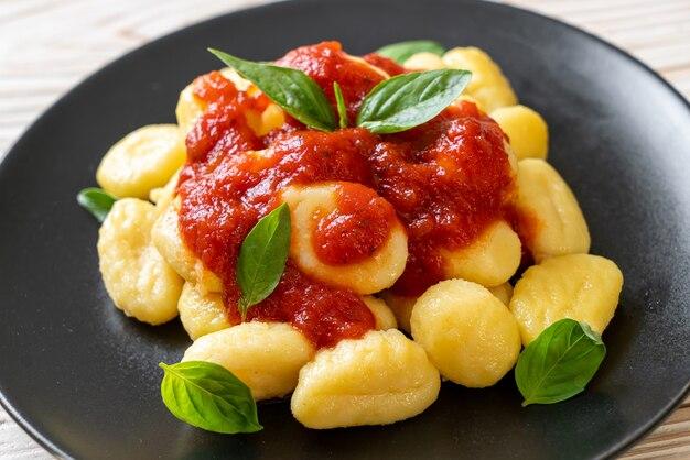 Gnocchi in tomatensauce mit käse