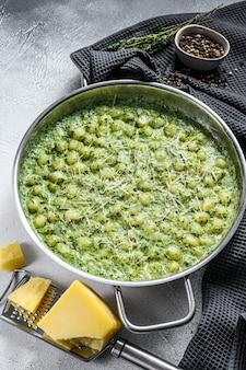 Gnocchi mit basilikum-spinat-sauce. italienische kartoffelpaste
