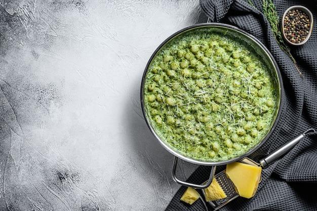 Gnocchi mit basilikum-spinat-sauce