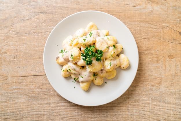 Gnocchi mit champignoncremesauce und käse