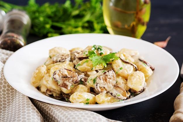 Gnocchi mit einer champignoncremesoße und petersilie in der schüssel