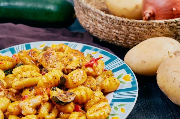 Gnocchi mit hühnchen und gemüse