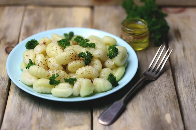 Gnocchi mit olivenöl und gewürzen auf einem teller.
