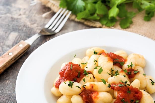 Gnocchi mit tomatensauce auf holz