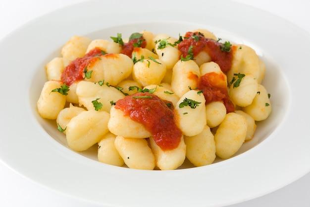 Gnocchi mit tomatensauce lokalisiert auf weiß