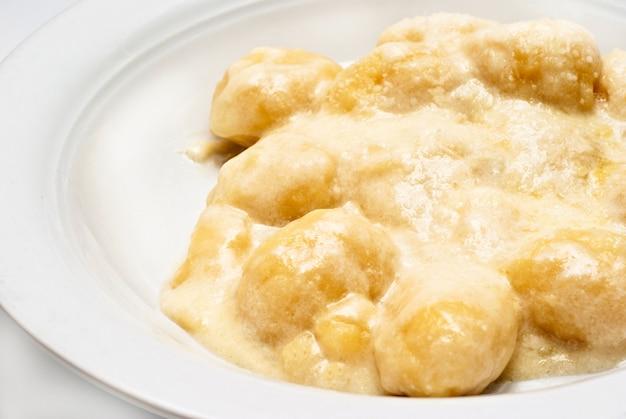 Gnocchi mit vier käsesauce