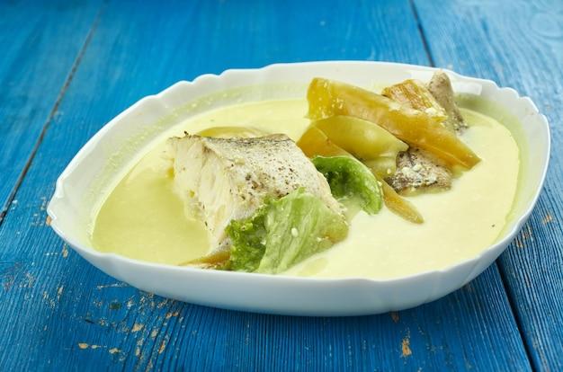 Goan curry fish stew, kommt dieser fischeintopf mit peperoni, zitronensaft und kokosmilch.