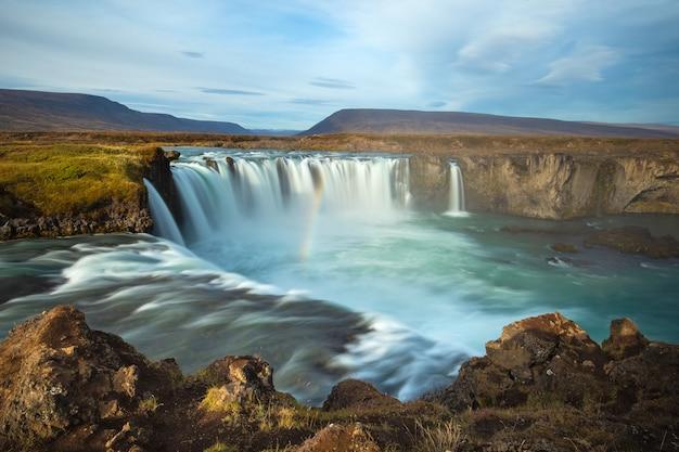 Godafoss wasserfall (island). berühmte touristenattraktionen und sehenswürdigkeiten in der isländischen naturlandschaft. bardardalur-tal, skjalfandafljot-fluss, island.