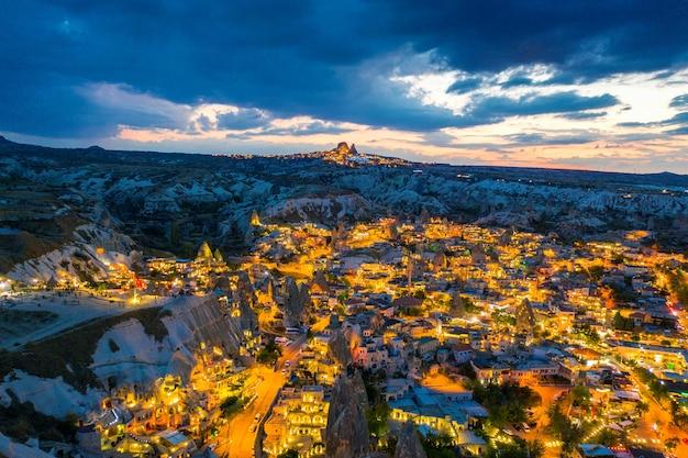 Göreme stadt in der dämmerung in kappadokien, türkei.