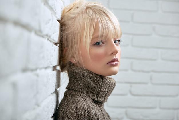Gogeous blondes modell posiert