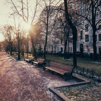 Gogol boulevard - gehende straße im moskauer stadtzentrum im frühen winter an einem sonnigen tag